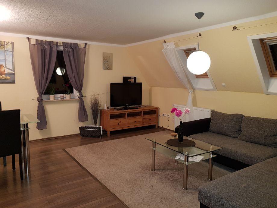 Wohnzimmer mit Essecke, TV, Radio und DVD