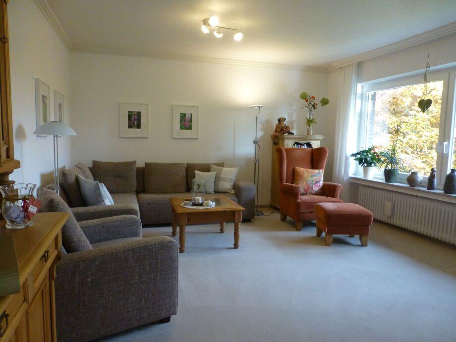 helles Wohnzimmer Ferienwohnung Gartenblick