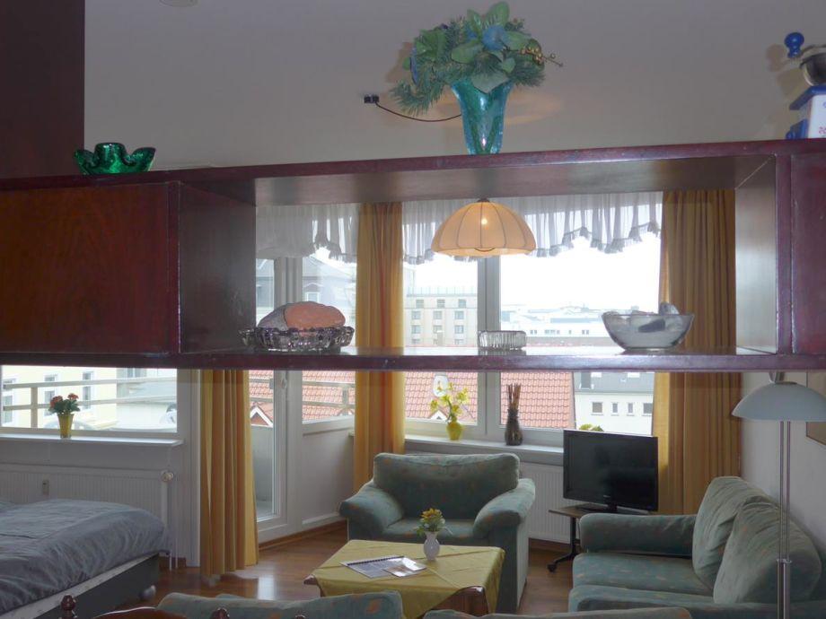 Blick Richtung Balkon (von Küchenbar aus)