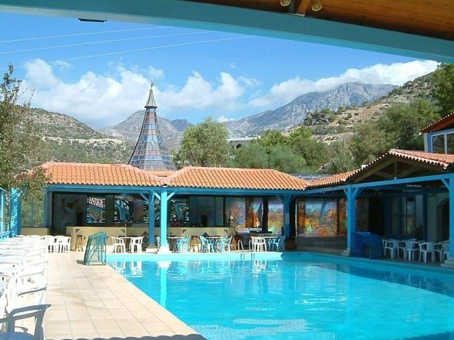 Pool mit Aussicht auf Meer und Berge
