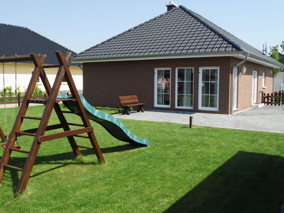 Terasse mit Garten und Spielplatz