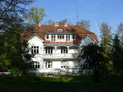 Zur Villa