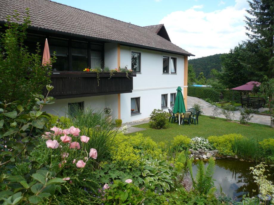 Außenansicht der FeWo mit Garten mit Teich