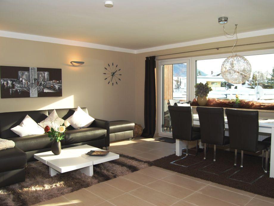 Wohnzimmer mit großzügigem Essbereich