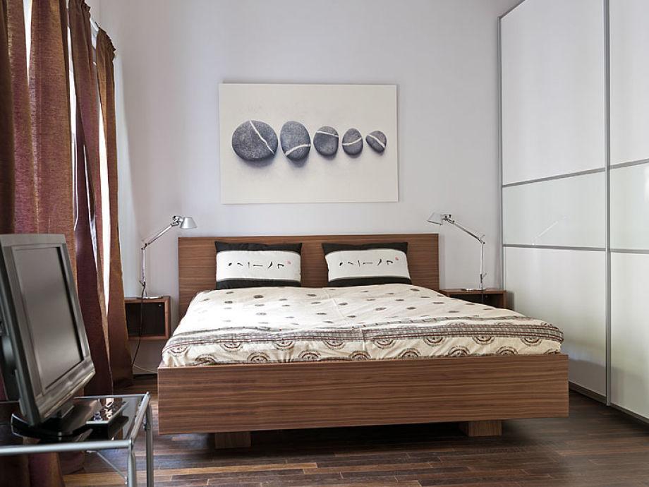 Schlafzimmer mit Doppelbett und Schlafcouch
