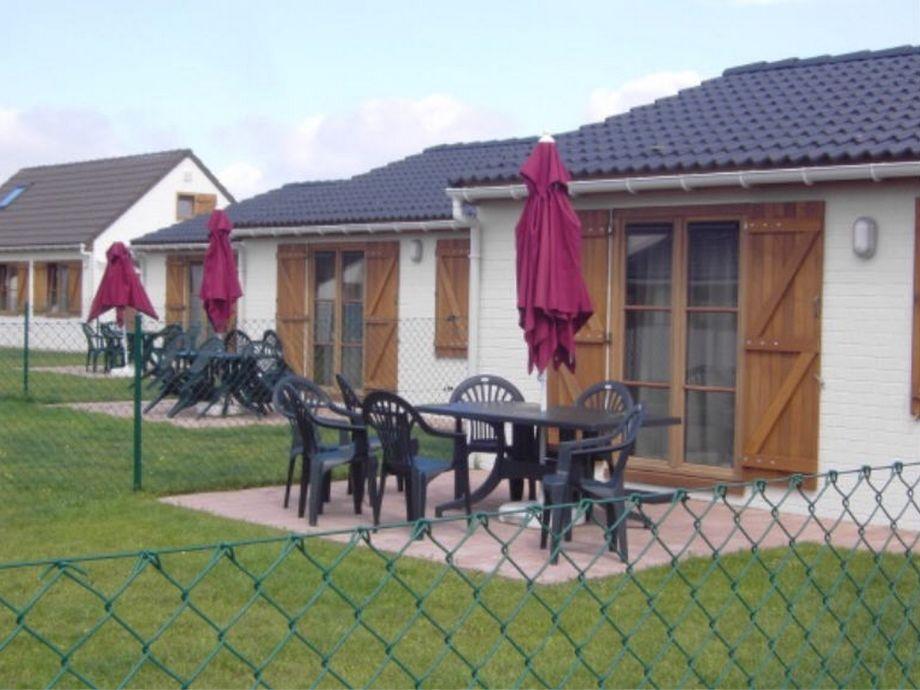 Eingezäunter Garten mit gepflasterer Terrasse