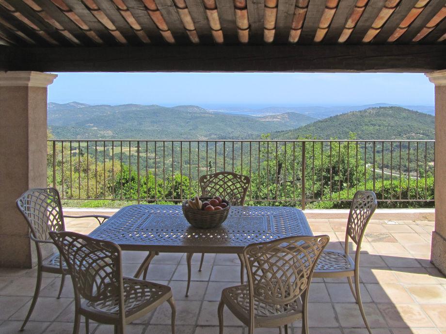 Blick von der überdachten Terrasse auf das Mittelmeer