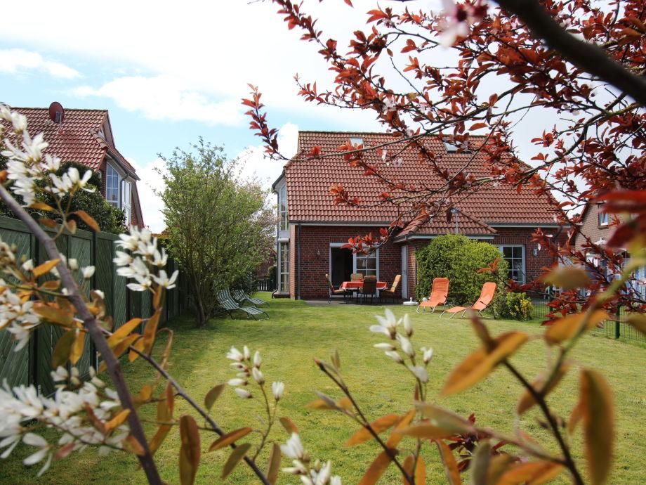 Großer Garten mit Blick auf das Ferienhaus