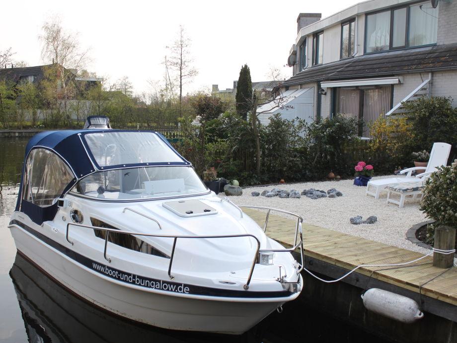 Sportboot Aqualine am Steg des Hauses Brekkense Wiel