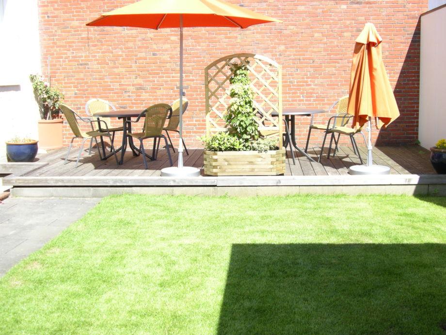 Terrasse mit Rasenfläche
