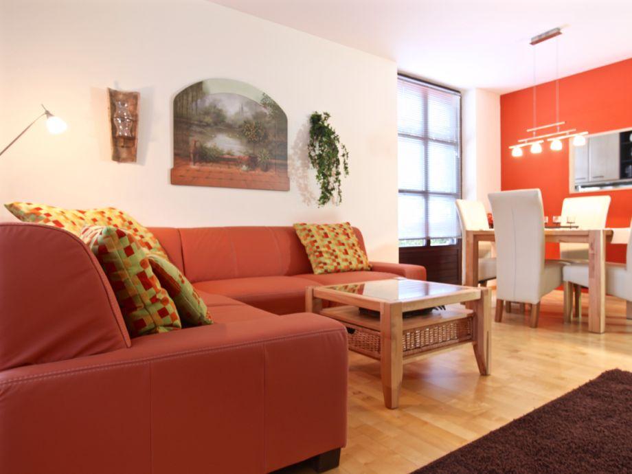 Wohnzimmer mit gemütlicher Couch und Essbereich