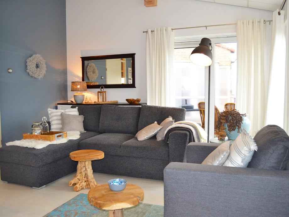 Das Wohnzimmer mit bequemer Couchlandschaft und Sessel