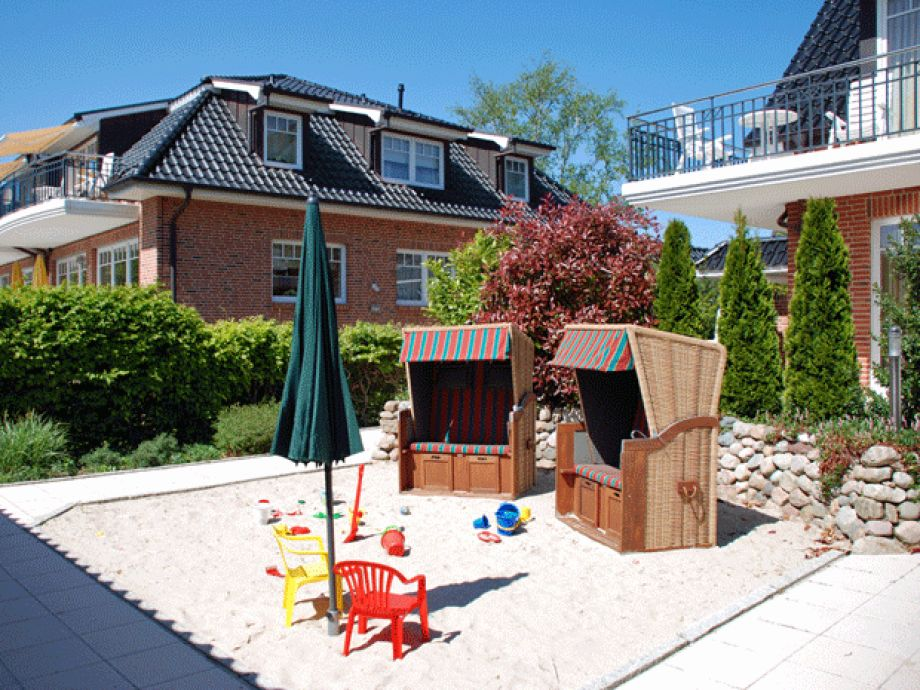 spielplatz f r kinder im garten kreative ideen f r innendekoration und wohndesign. Black Bedroom Furniture Sets. Home Design Ideas