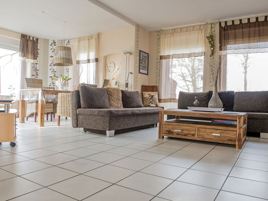 Helles gemütliches Wohnzimmer mit ausziehberem Sofa