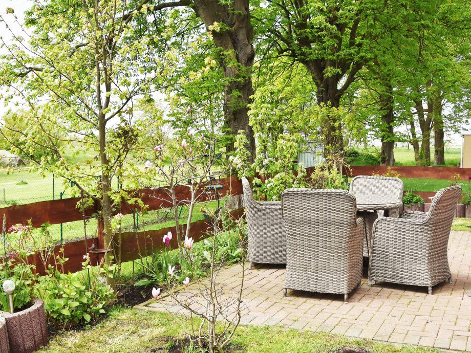 Frühlingsgarten mit großzügiger Terrasse