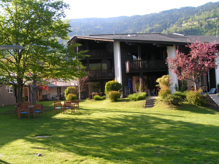 Garten mit Sicht auf das Appartmenthaus