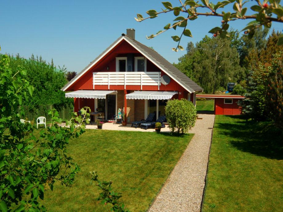 Die Gartenseite des Hauses mit der Südterrasse