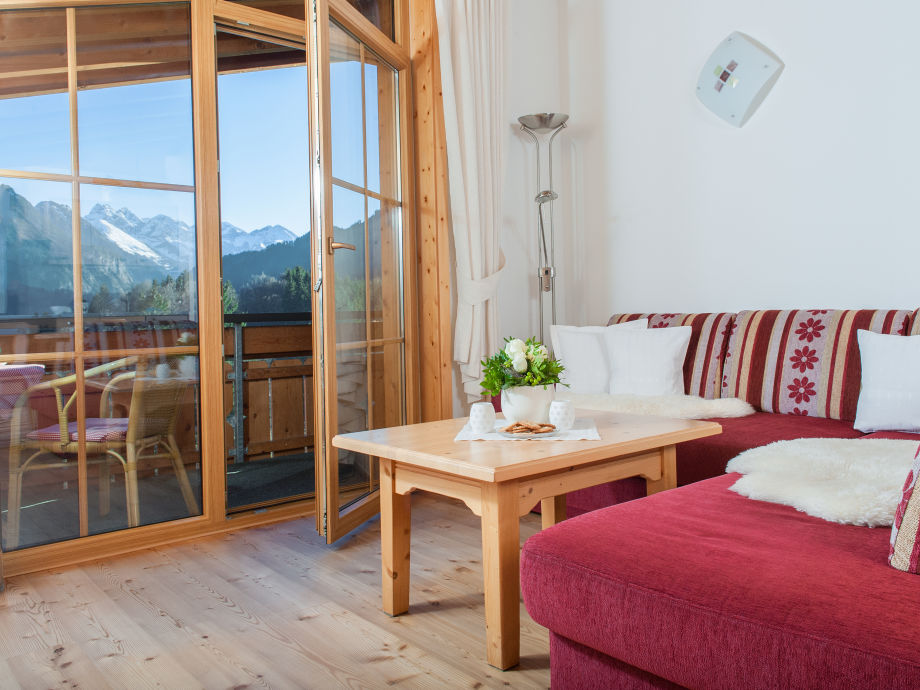 Wohnzimmer mit Holzboden und Balkon