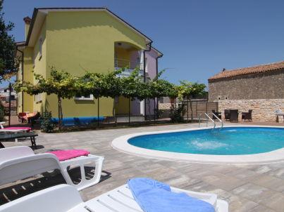 in der Swimmingpool-Villa Marcana
