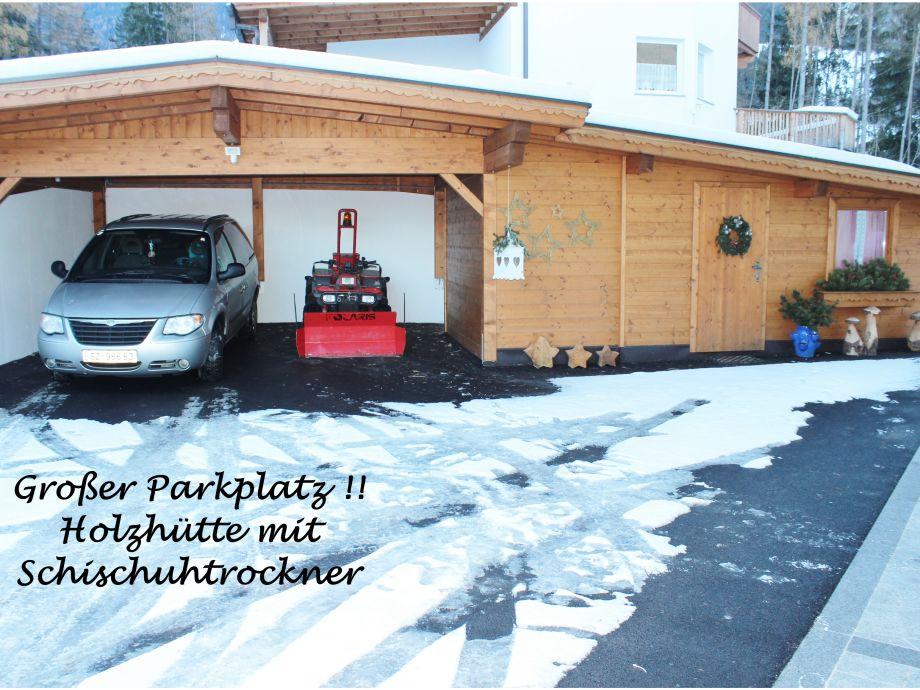 Parkplatz mit Überdachung