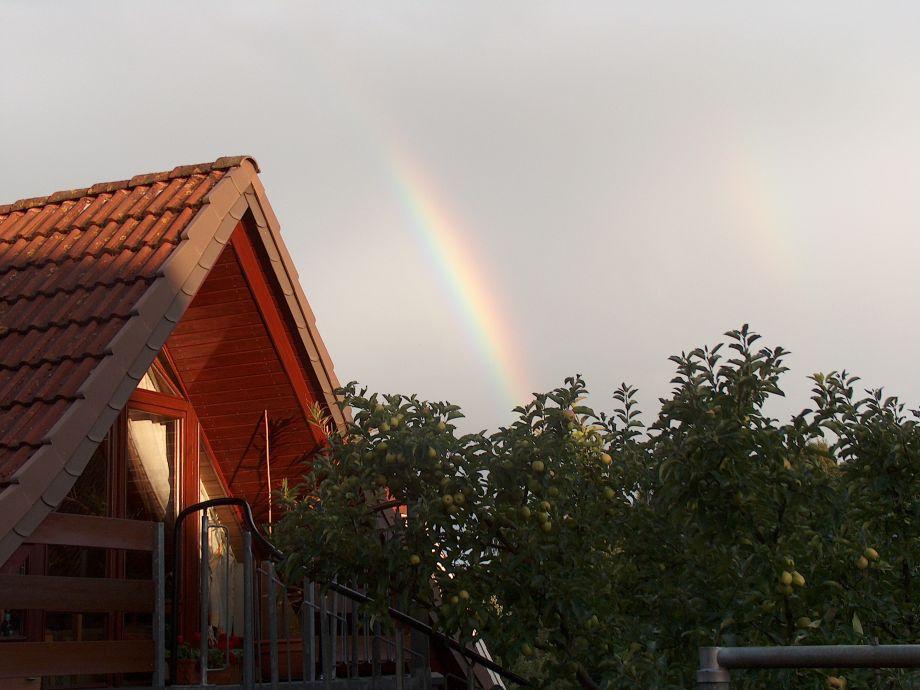 Regenbogen am Haus