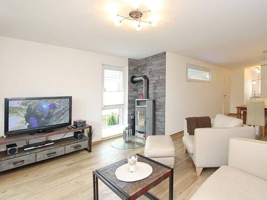 Flatscreen-TV und Kamin im Wohnzimmer