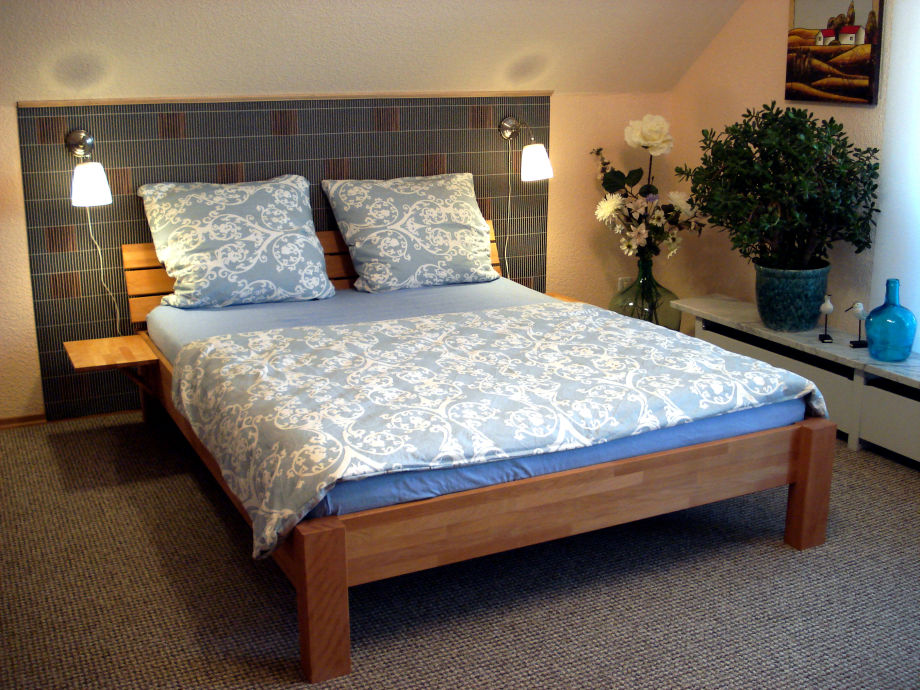 Doppelbett im großen Wohnraum