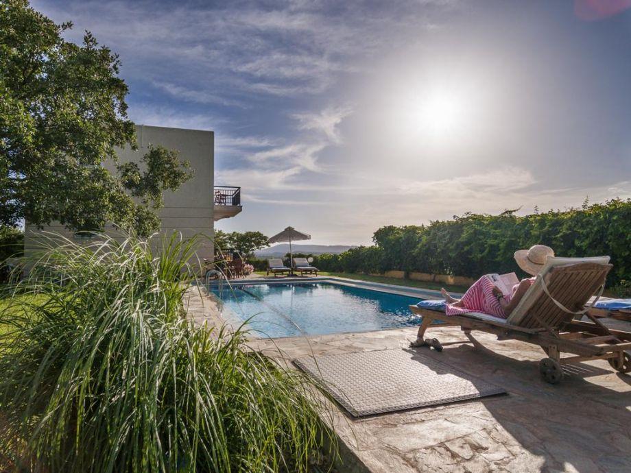 privater Pool im üppigen Garten