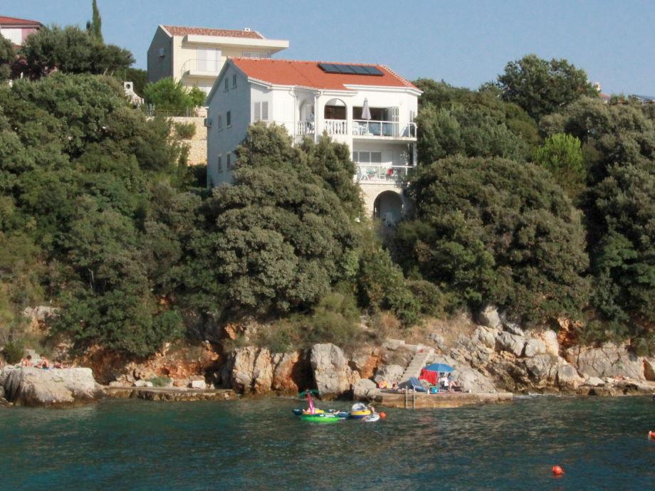 Blick vom Strand auf die Villa