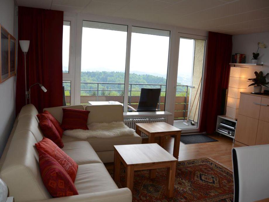 Komfortabler Wohnbereich mit Panoramafenster