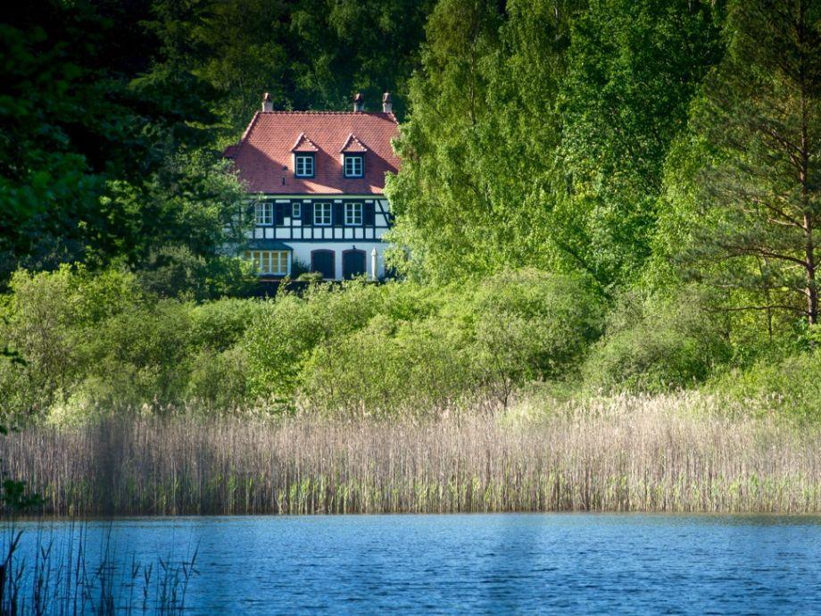 Das Maison Forestière mit vorgelagertem Weiher