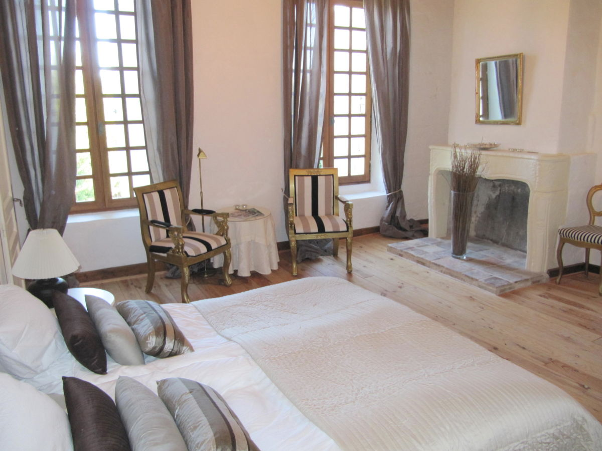 bed breakfast le petit chateau servanches dordogne firma le petit chateau servanches frau. Black Bedroom Furniture Sets. Home Design Ideas