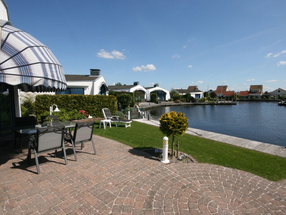Garten mit Terrasse, Wiese und Bootssteg
