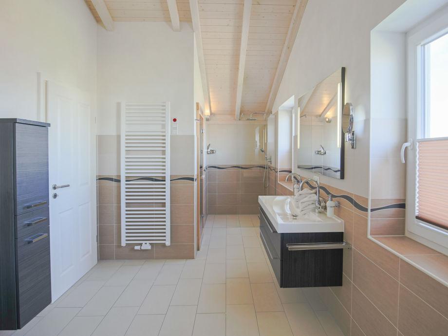 luxus badewanne mit dusche dusche badewanne selbst. Black Bedroom Furniture Sets. Home Design Ideas