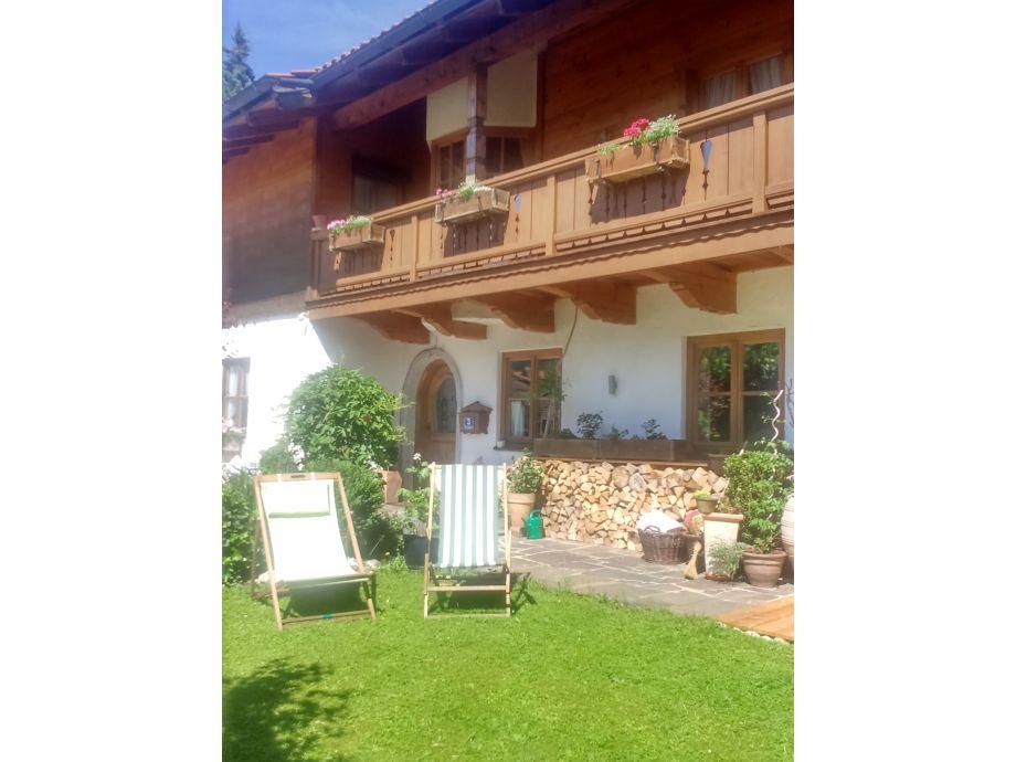 Hauseingang und Balkon von Wohnung Monika