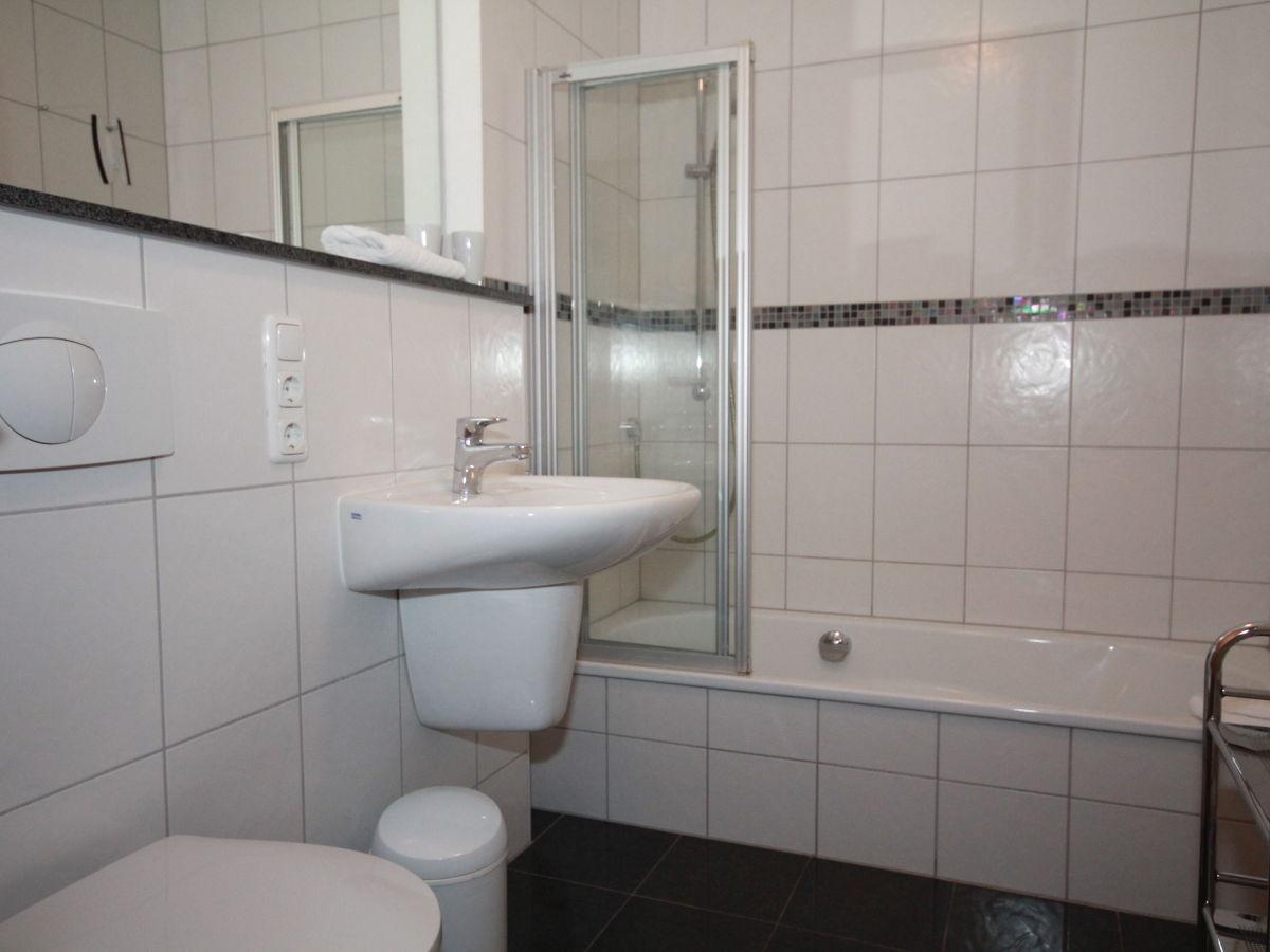 Ferienwohnung kaiserbad heringsdorf mit schwimmbad und sauna direkt am strand seebad - Badewanne mit integrierter dusche ...