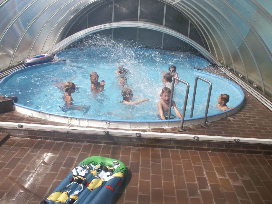 Spiel und Spaß im Schwimmbad (mind. 25 °C)