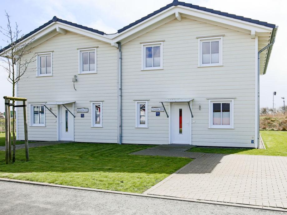 Modernes Doppelhaus mit Holzfassade