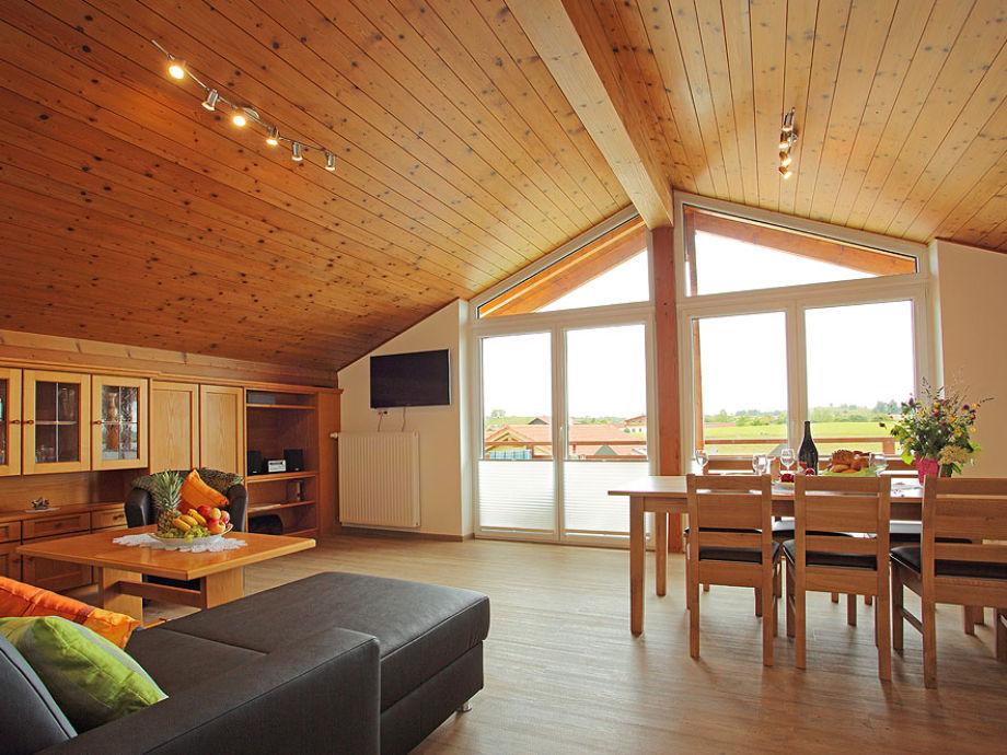 große Wohnküche mit rießiger Fensterfront zum Balkon