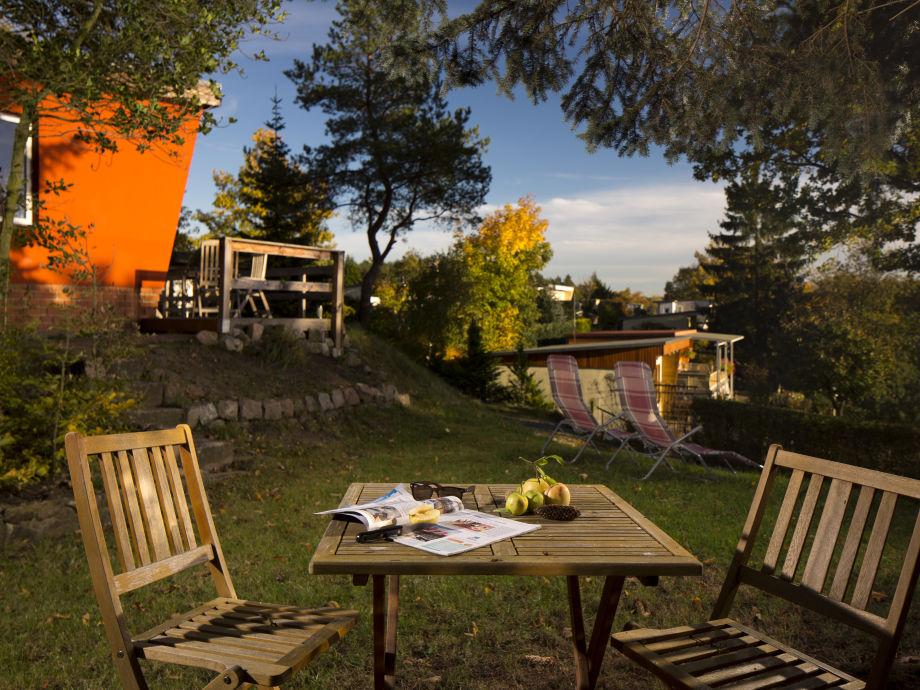 Garten mit Sitzecke, Liegestühle und Hängematte
