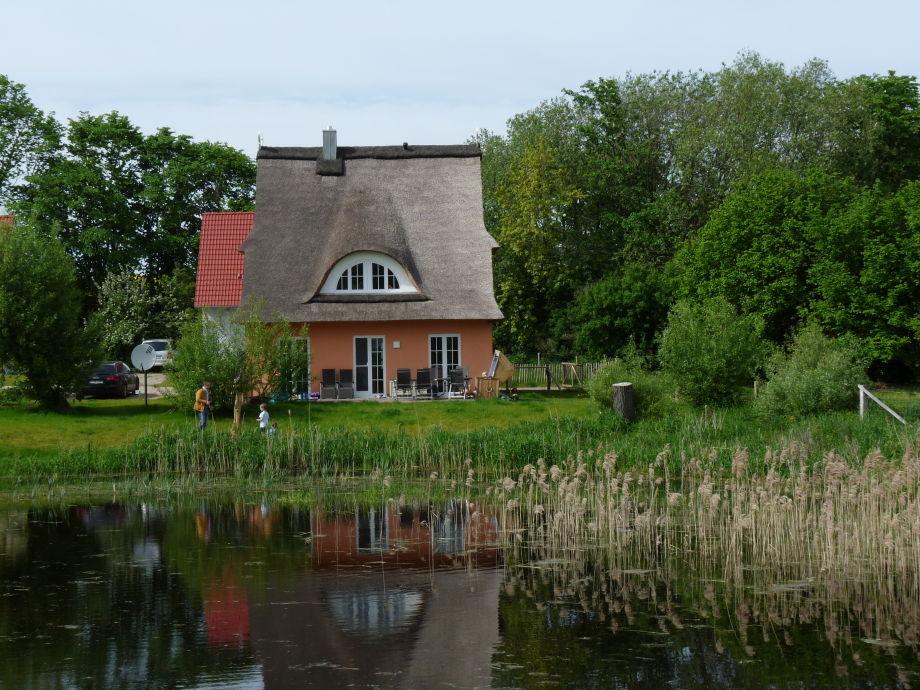 ... der Teich ist eingezäunt :)