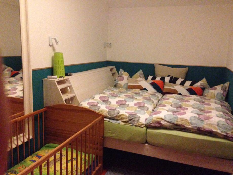 Kuschelbett im unteren Schlafzimmer (Babybett optional)