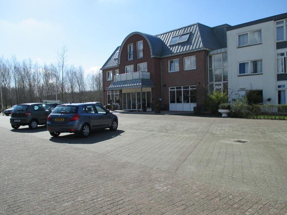 Parkplatz mit Hotel-Ansicht