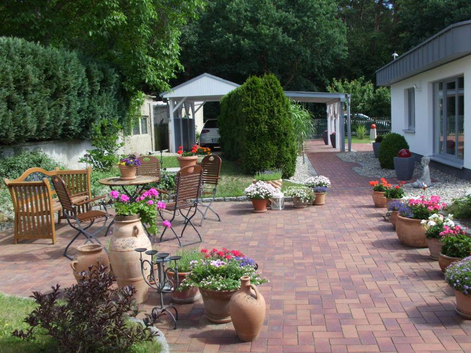 Blühende Gartenanlage, Carport, Sitzecke