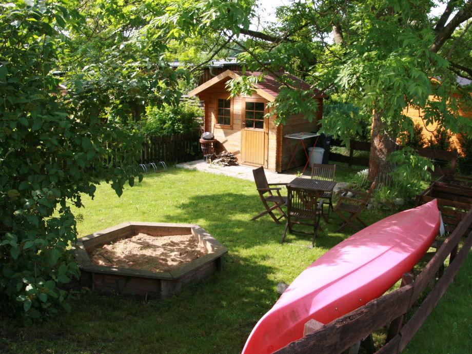 Liegewiese mit schattenspendender Esche im Garten