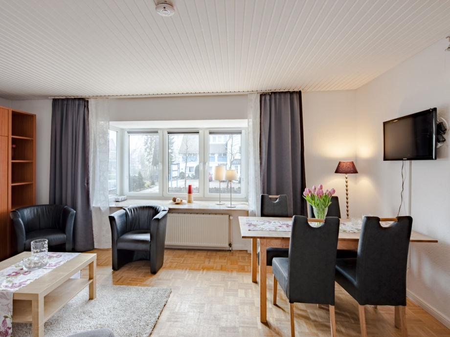 Wohnzimmer mit Essplatz und Schrankbett