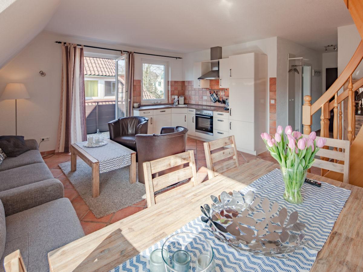 Wohnzimmer Mit Offener Küche Und Balkonzugang