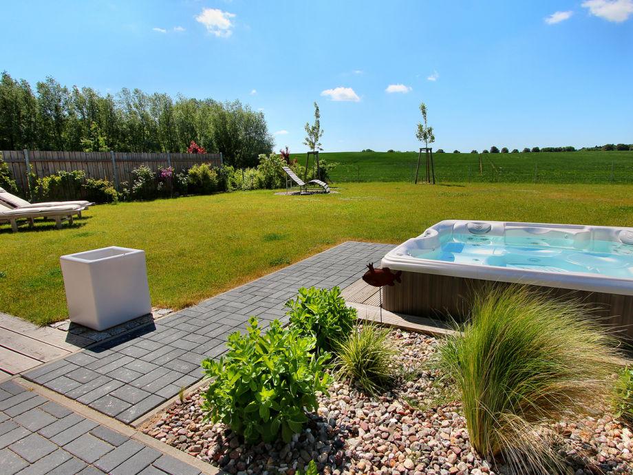 Hauseigener Außenwhirlpool (ganzjährig 38 ° warm)