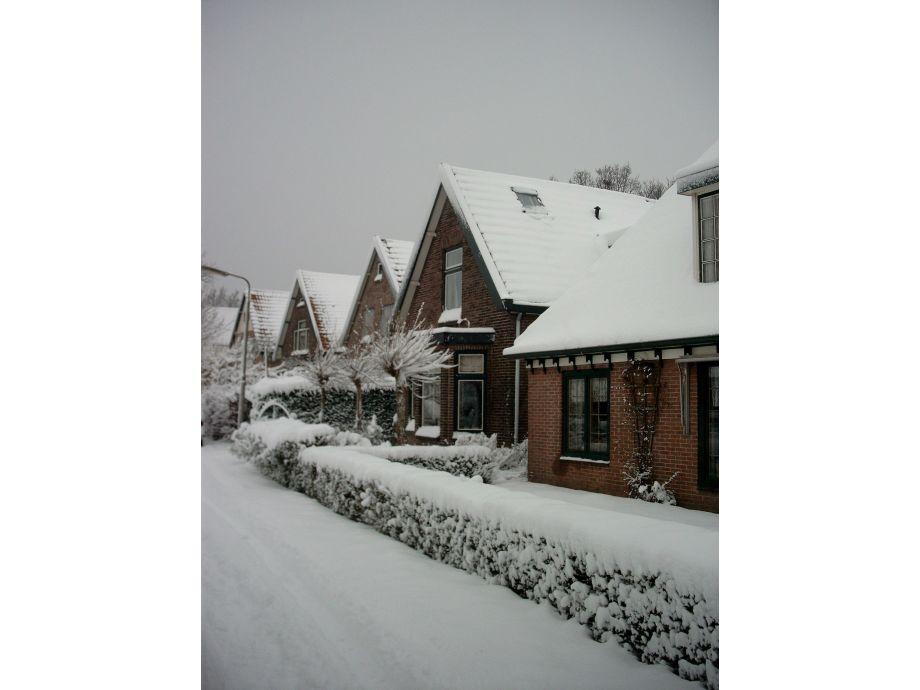 Haus vorderseite im Winter