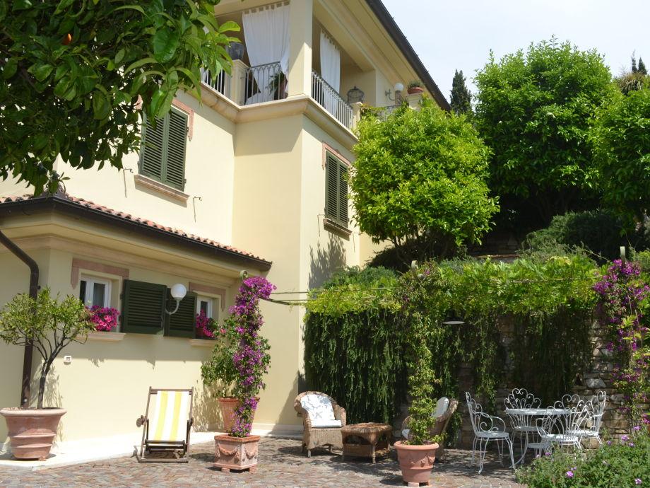 Gemütliche private Terrasse vor der Wohnung
